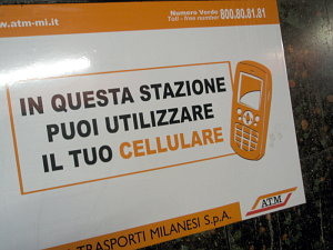008414-cellulare-in-metro.jpg